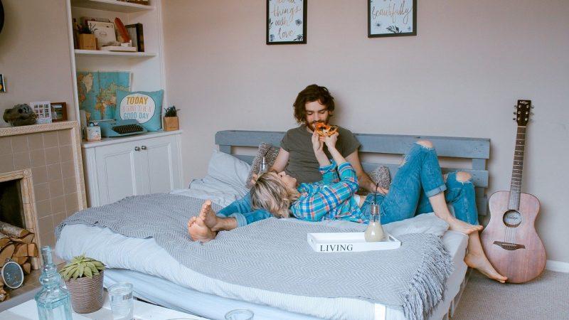 Une tête de lit DIY pour une chambre qui a du pep's!